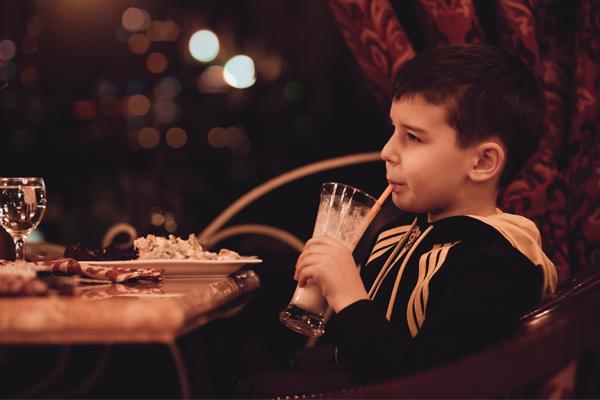 Comer con niños en restaurante